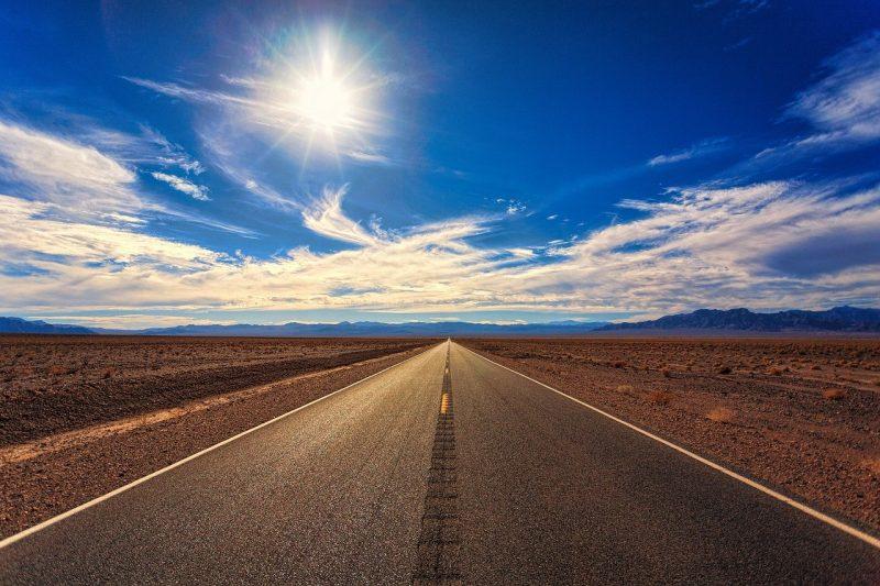 Eine leere Straße im Sonnenschein.